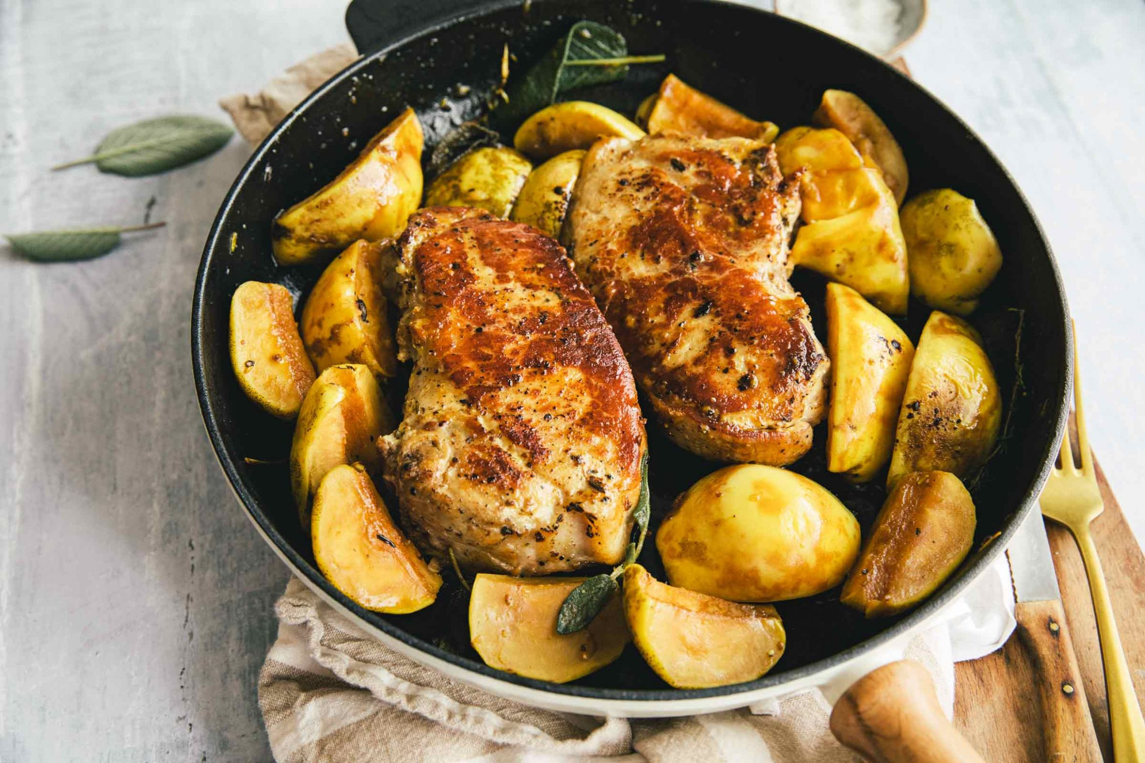 Pork chops with apples, quince and sage - Recipe Quince Pork