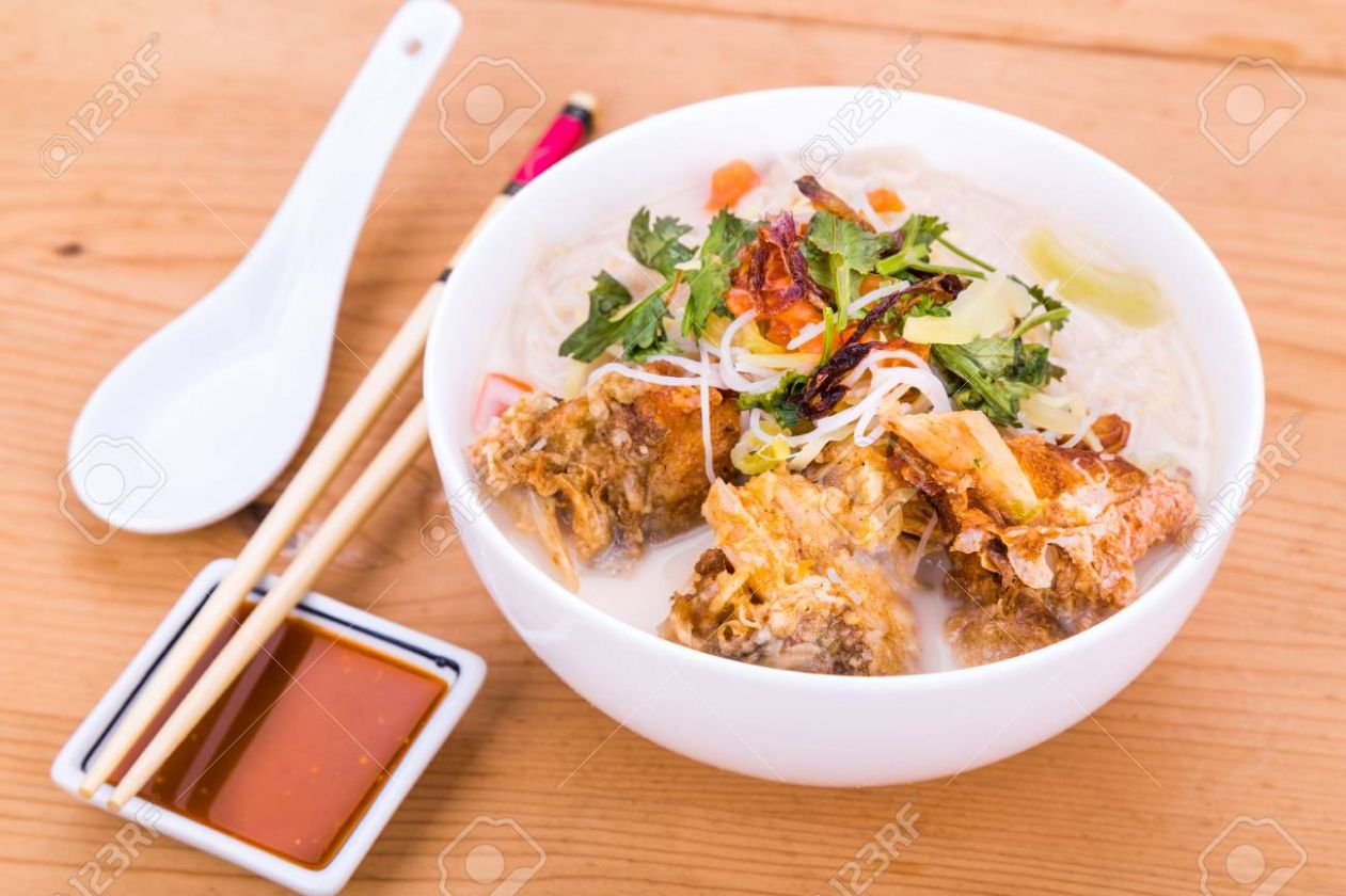 Rice vermicelli with fried fish head noodle soup, a popular delicacy.