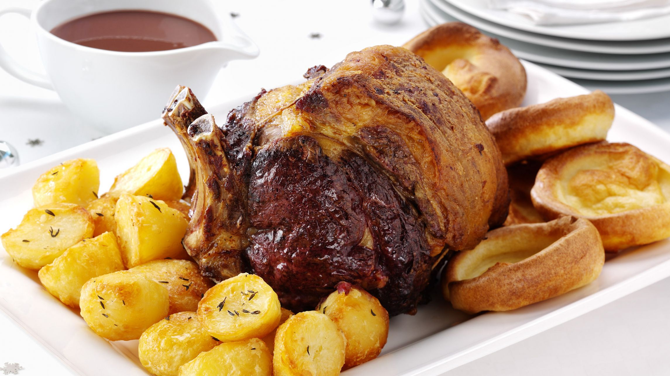 Roast beef with Yorkshire puddings, roast potatoes and gravy - Dinner Recipes Roast Beef